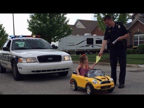 2歲女童開車上路慘遭開罰單 卻讓網友都笑翻!