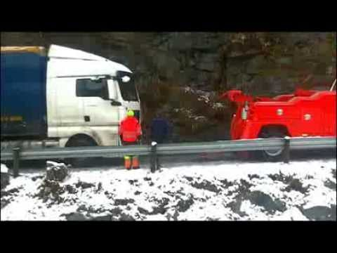 grøfta - Eit utanlandsk vogntog køyrte i grøfta tidleg om morgonen 19. november 2013, og sperra vegen i fem timar. Trekkvogna var registrert i Polen medan hengaren va...