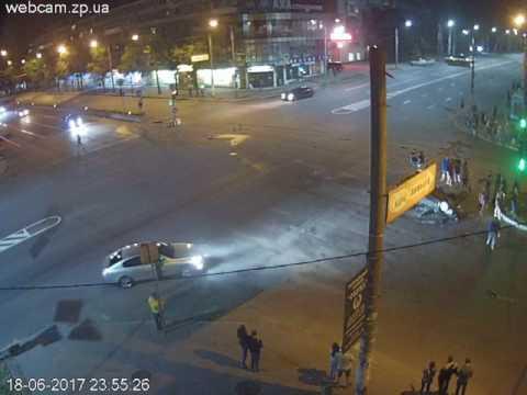 В сети появилось видео с места жуткого ДТП в центре Запорожья