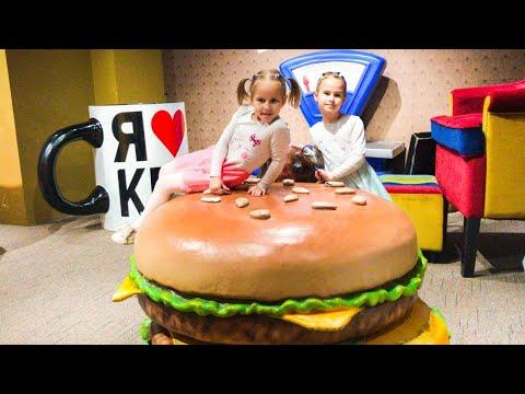 Дом Великана Алина и Юляшка играют в гигантские игрушки Забавная история видео