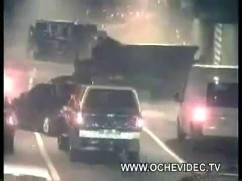 這場離奇車禍,令人看了毛骨悚然...究竟卡車是從哪裡出現的?
