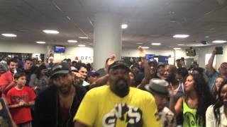Obsada musicali Król Lew oraz Alladyn śpiewają na lotnisku.