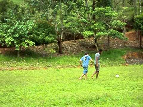 victor  e ulisses   brincando  la  no campo do mono   em coroaci