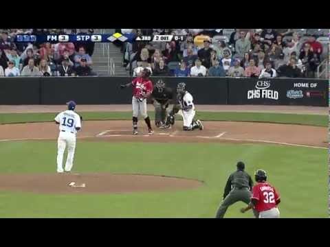 打者球棒竟被甩出去,觀眾單手接殺!!