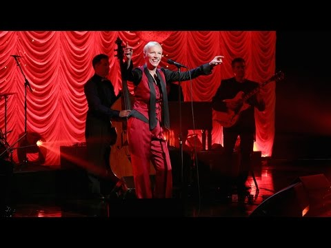 Video Annie Lennox Performs 'I Put a Spell on You' download in MP3, 3GP, MP4, WEBM, AVI, FLV January 2017