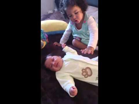 Nena le dice a su hermanito no lloles