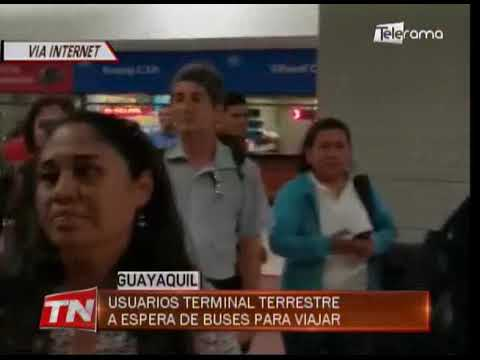 Usuarios terminal terrestre a espera de buses para viajar