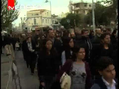 Με μαύρα περιβραχιόνια παρέλασαν οι μαθητές στο Ρέθυμνο στη μνήμη του Βαγγέλη Γιακουμάκη -Σιωπηρή πορεία διαμαρτυρίας