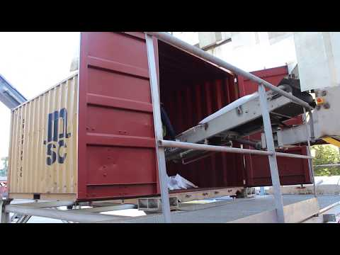 Погрузка солодового ячменя в контейнеры для перевозки по реке (видео)