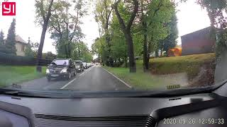 Gałąź na drodze blokuje drogę – Janusz z dwoma lewymi rączkami nie wie co zrobić…