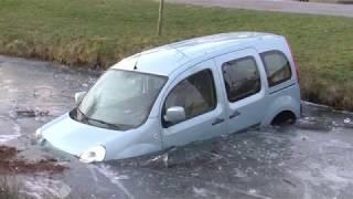 Auto door het ijs gezakt
