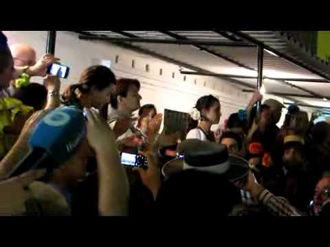 Azalea le canta al Simpecado de Huelva a su llegada al Rocío 2011