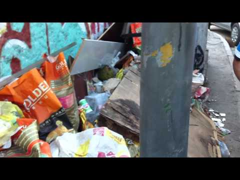 Calçada minuscula + Lixo + Entulho + Armário da OI, em São João de Meriti