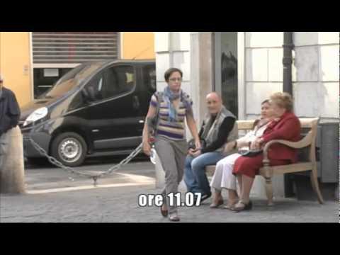 「[ドッキリ]たったの1セント硬貨を拾った通行人をド派手に祝福するイタリアのドッキリ企画」のイメージ