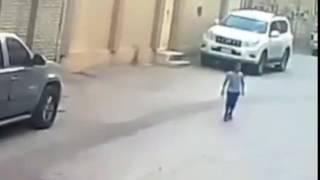 وافد يقوم بسرقة قطعة ميكانيكية من سيارة مواطن متوقفة أمام منزله بالرياض