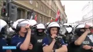Policja ochrania Naziolo-Kiboli z flagami SS, reakcja Warszawiaków bezcenna.