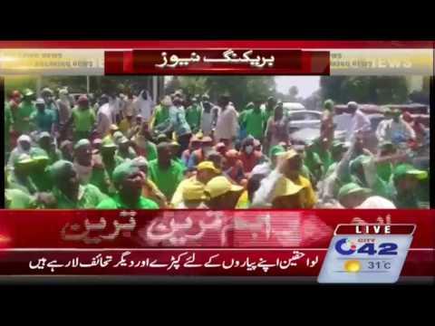 ایل ڈبلیو ایم سی کے ملازمین کا تنخواہ میں کٹوتی پر شاہین کمپلکس کے سامنے احتجاج