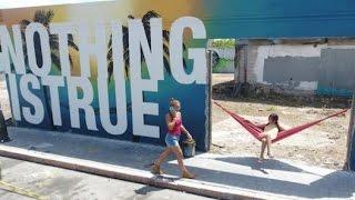 """Dale (LIKE) y (SHARE) al video & (SUSCRIBETE) al canal!BÚSCANOS EN:DE AQUÍ PA PUERTO RICO BLOGGER: http://deaquipapuertoricooficial.blogspot.comDE AQUÍ PA PUERTO RICO INSTAGRAM: @deaquipapuertoricooDE AQUÍ PA PUERTO RICO GOOGLE: https://plus.google.com/u/1/La creatividad y el talento de artistas puertorriqueños e internacionales que participaron de """"Ponce es Ley"""" viste a partir de ayer distintas calles de este municipio, donde hoy culmina el evento cultural con la develación de un mural pintado por Bikismo en el Museo de Arte de Ponce.""""Ponce es Ley"""" se acopla al estilo de la Ciudad SeñorialEl despliegue de sobre 20 murales inspirados en la historia del municipio es la actividad más reciente del movimiento artístico """"Santurce es Ley"""", iniciado en 2010 por el artista Alexis Busquets.Lo que comenzó como una pequeña convocatoria para plasmar en un olvidado sector de la zona metropolitana la obra de muralistas reconocidos y emergentes, se ha convertido en una esperada reunión que celebra el arte.Ponce es el segundo municipio -el primero fue Culebra- donde se lleva a cabo una edición de la propuesta que este año incluye el trabajo de los artistas Nelson Figueroa,  Javier Cintrón, Javier Cintrón, Josué Pellot, Betzy Casanas,David Zayas, entre otros. En las calles alrededor de la plaza se observa el movimiento de personas que llegaron a la ciudad para disfrutar del arte y tomarse fotos frente a las obras.Andrés Cortés, el artista más joven en el grupo, posaba frente a su mural """"La bandera"""", una interpretación de la bandera del municipio. El joven culebrense, de 15 años, ha participado un total de tres ocasiones."""