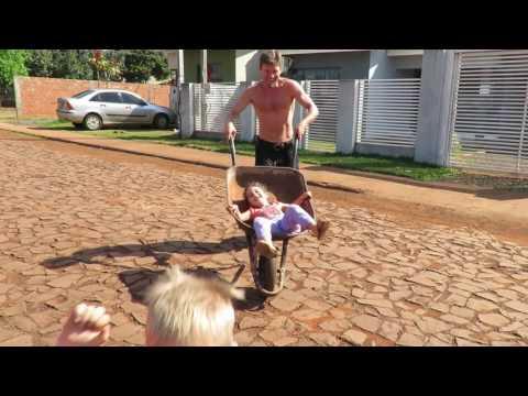 Brincadeira com carrinho de mão, com as crianças, em Medianeira
