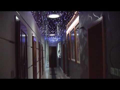 korytarz z sufitem napinanym i gwiezdzistym niebem