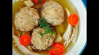 Zuppa di pollo e polpettine di matzo