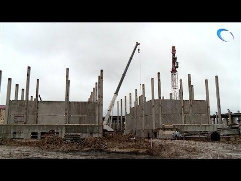 Круглосуточно идет строительство школы на улице Белорусская Великого Новгорода