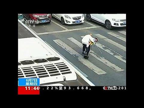Αστυνομικός κουβάλησε ηλικιωμένο στην πλάτη του για να περάσει τον δρόμο…