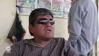 Jorge Acuña es uno de los 14 mil damnificados por la inundación en Huarmey. Vende periódicos para mantener a su familia.Él debe vivir con veinticinco soles diarios y con eso cuidar a sus padres. En su barrio frente al río hay unas cuarenta viviendas. Algunas familias intentan volver a construir las casas caídas.