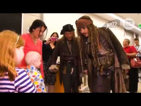 Johnny Depp visita un hopital de niños