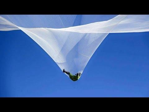 這名男子完全「不用降落傘」從5000英呎高空自由落體,到達地面瞬間全場觀眾都爆出驚聲尖叫!