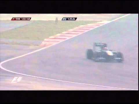 「[F1]インド初開催となった2011年のF1インドGPでフリー走行の際に犬がサーキットに侵入。」のイメージ