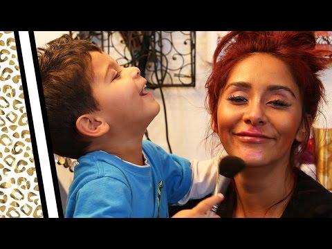 Nëna lejon që djali i saj 3 vjeçarë ta grimoj atë