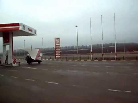 Hombre ruso sale volando de gasolinera en su propio planeador