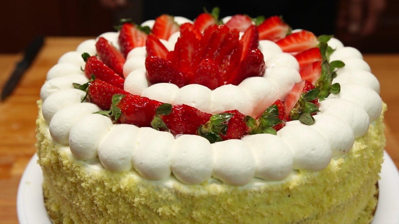 """Cara Mamma ho una torta per te…..Torta con """"inserto"""" di gelatina di fragole con crema chantilly , panna e fragole per guarnire"""