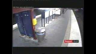 Video Video/Stockholm:Drunk Swedish man mugged and hit by train/T-bana man rånad och överkörd. MP3, 3GP, MP4, WEBM, AVI, FLV Mei 2019