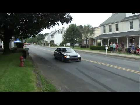 Honda Civic does inconsiderate burnout in residential area