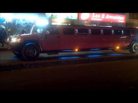 hummer h2 limusina rosada rodando por las calles de bogota de noche