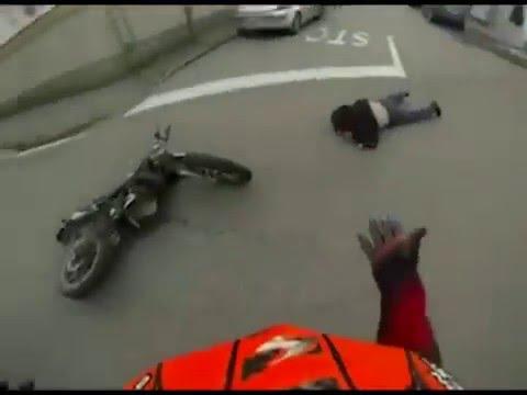 IL VIDEO DELLA CORSA IN MOTO POI L'IMPATTO CON UN PEDONE
