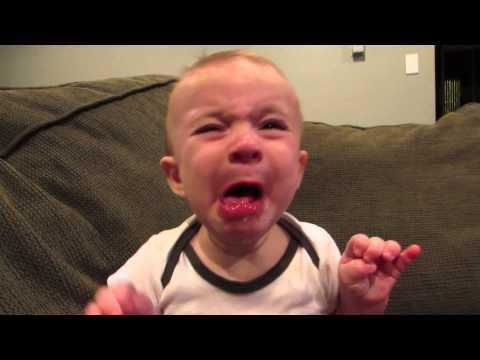 這個還不懂檸檬是什麼的小寶寶,看到爸爸拿到嘴邊後一口就咬下去…他的表情爸爸看到都內疚了啦!