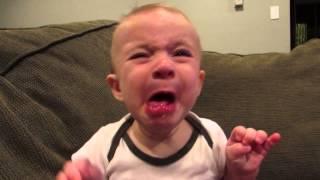 فيديو طريف لرد فعل طفل بعد تذوقه الليمون لأول مرة!