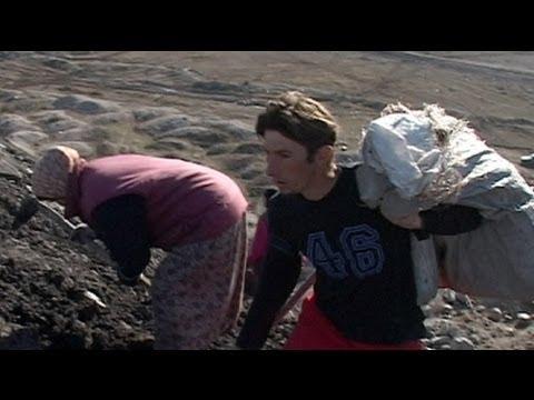 bósnia - http://pt.euronews.com/ A cada três, quatro minutos, um camião emerge do horizonte, um colosso de nove metros de altura, vindo da mina de carvão de Banovici,...