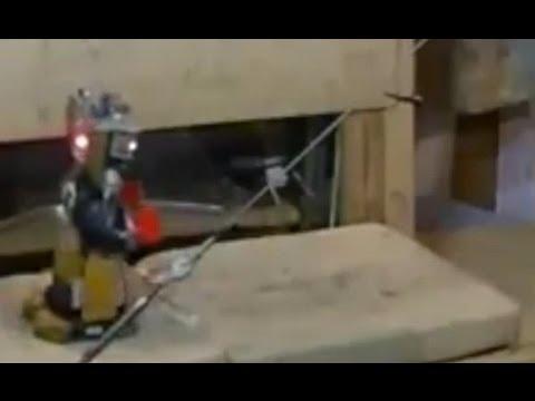 Homem cria robô que faz acrobacias