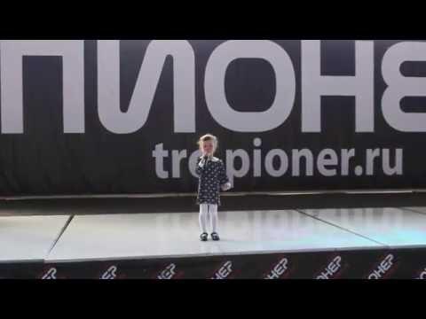 В Улан-Удэ 4-летняя девочка со сцены прочла стих о низкой бабушкиной пенсии