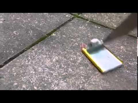 男子拿起刀子戳穿了電池,沒想到竟起火爆炸!如果跑慢幾步臉就毀容了!