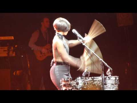 Alicia Keys -  New day - Girl on fire - LIVE PARIS 2013