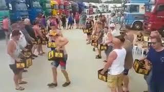 Skrzynka piwa na łeb i można imprezować na parkingu! Tak to robią kierowcy ciężarówek!