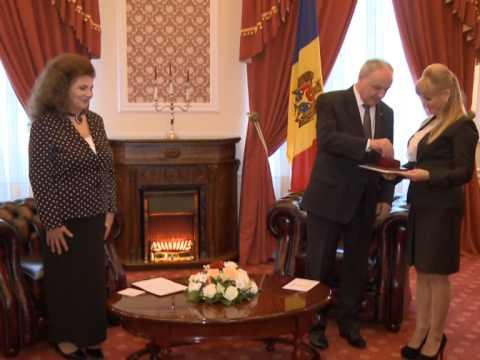 """Președintele Nicolae Timofti i-a înmânat """"Ordinul de Onoare"""" interpretei de muzică populară din România, Irina Loghin"""