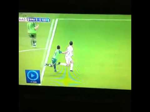 Ai khiến Ronaldo ngã vậy ?