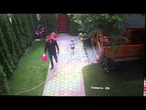 Tatuś ratuje córeczkę przed atakiem psa! Takiego refleksu to jeszcze nie widziałem!