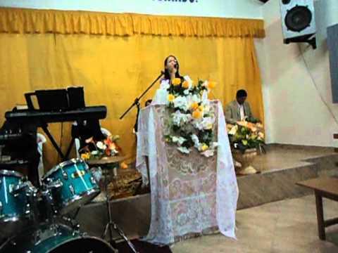 Andréa louvando na Assembleia de Deus em Parari